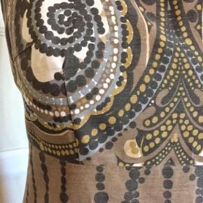 """Vintage Original 60'er-kjole 60'er-kjole med det skønneste print. Str 38. Liv 77cm. Bryst 92cm. """"Langhoff design"""".  Se også mine mange andre sager. Jeg giver gerne mængderabat.  #60erkjole #trendsalesfund"""
