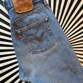 Fede Levis 501 W30/L30 i perfekt blå vask. Bemærk vintage Levis er typisk små i størrelsen ift moderne jeans - disse måler 37cm i taljen, når de ligger fladt. Har en smule slid mellem lårene (kan sende billeder), men ellers i fin stand!