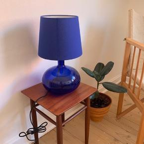 Fin blå bordlampe i glas og med skærm. Fejler intet. Pære medfølger. Byd gerne