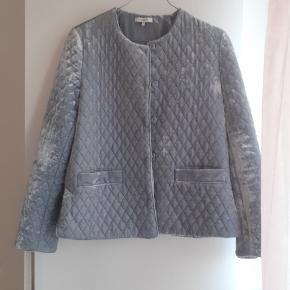 Fin quiltet jakke fra Ganni i lyseblå velour. Fremstår som ny med undtagelse af to bittesmå pletter (se billeder). Kan sendes eller afhentes i Valby.