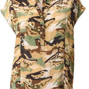 Feminin army printet skjortetop og er syet i en mat fin vikose i et armygrønt, sort, beige og brunt print. PBO toppen har korte ærmer, enkel krave med rund halsudskæring og knaplukning ned foran brystet. Pasformen er en smule løs og falder fint omkring kroppen med afrundet kant forneden.  100 % Viskose  Almindelig i størrelsen Mål over bryst: 57 cm x 2  Længde: 67 cm