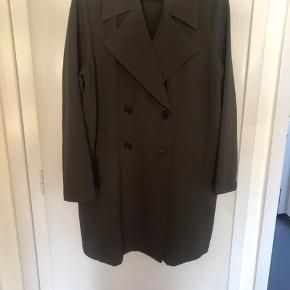 Flot jakke fra Gina Tricot, er kun prøvet på, men aldrig brugt .. Farven på billedet snyder, den er mere grøn i virkeligheden!
