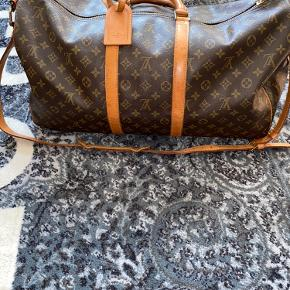 Beskrivelse: Når det kommer til tasker, så er der ikke et mere ikonisk og anerkendt brand end Louis Vuitton. Og hvad er der overhovedet at sætte en finger på?  Informationer📝  Model/mærke: Louis Vuttion Keepall Bandouliére👜  Størrelse: 55📏  Stand: Vintage - og brugt med omhu✨