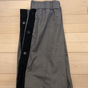 Sælger disse fede mobil bukser i str. xsKnapperne er lidt slidte men ikke noget man ligger mærke til😊 BYD-SÆLGES BILLIGT