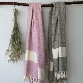 Kender du de store lækre tyrkiske Hammam håndklæder i vævet økologisk bomuld med miljørigtig indfarvning? De er fantastiske at tørre sig i og tørrer nemt og hurtigt. De måler 100 *180 cm og er perfekte til badeværelset, som strandhåndklæde, til poolen eller til yogamåtten.  Kan vaskes på 60 grader.  1 stk 160kr 2 stk 300kr TILBUD  (ved TS pålægges et mindre gebyr til prisen)   Sender gerne med DAO - Gratis levering ved køb for over 499kr