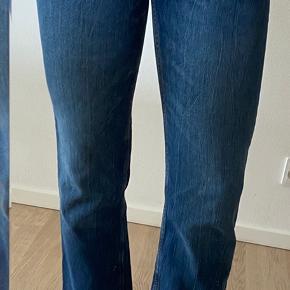 Sælger disse fine jeans fra mango, som jeg dsv aldrig har fået brugt. De er købt i foråret, men har bare ligget. De er en str.38, og passer ligeledes også en str.36 🌸