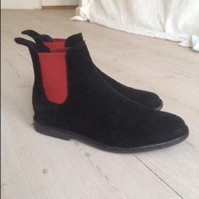 Varetype: Chelsea støvle Farve: Sort med rød Oprindelig købspris: 1200 kr.  De fedeste støvler - brugt en enkelt dag, så voksede min søn ud af dem... Derfor skal de videre.  Kom gerne med et bud :)