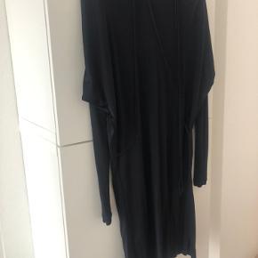 Super skøn og enkel kjole med bindebånd. Har desværre klippet mærke med kvalitet af 😬 men nem at vaske og bare hænge op.