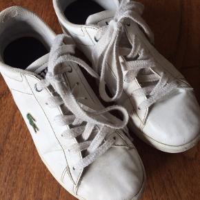 Lacoste sneakers str. 35, meget brugt/slidt, men absolut stadig anvendelig. Indvendig længde 21,5 cm. Fra dyrefrit ikkerygerhjem. Købspris 699,- sælges nu for kr 25,-