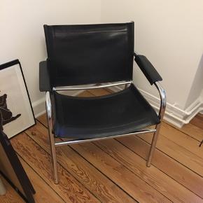 Fed lænestol i sort. Skindet har lidt patina. Afhentes i Aarhus eller Herning