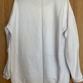Flot hvid sweatshirt fra Designers Remix str XL - men svarer til en str L vil jeg sige. Brugt få gange.