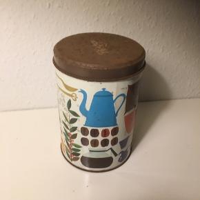 Origal 1. Udgave  af Christgay kaffedåse   Dåse der er lavet i flere eksemplarer med lidt ændringer i motiv   Denne her gamle sjældne kaffedåse er fra første produktion og har logoet på toppen   Se fotos   Ca 28x18  Samlerobjekt   Mix med nye køkkenting på hylde eller køkkenbord   Sender gerne