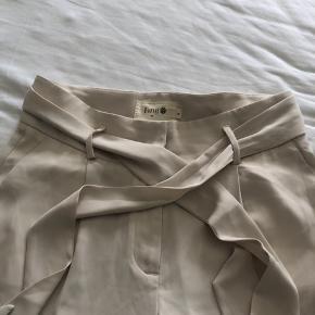 Så fine bukser fra Fine Cph i lys beige.  Str M Som nye. Brugt 1-2 gange.   MP: 300,-kr pp 🌸  BYTTER IKKE