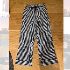 Løse bukser med blå og hvide striber Mærke: POMPdeLUX Størrelse: 13-14/158-164 Stand: aldrig brugt Røgfrit hjem BYD!!!!!