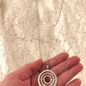 90 cm kæde. Sølv med hvid zirkonium.