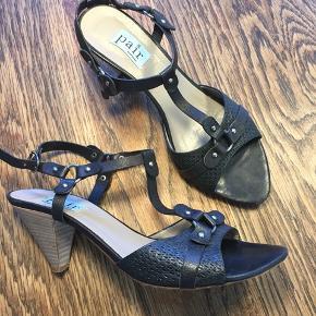 Fin sandal med små detaljer fra -Apair, meget fin stand, står som ny i æske.