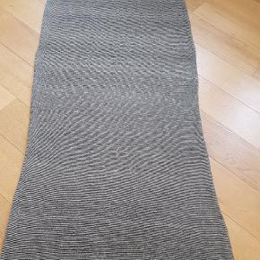 Flot tørklæde i lysebrun-sorte farver 😊
