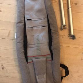 Thules infant sling som kan monteres i løbe/cykelvogn. Baby ligger derved sikkert for stød, men kan sove eller følge med. Fungerer som hængekøje.