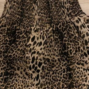 Smart nederdel med bred elastik foroven.  Aldrig brugt