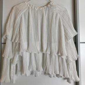 Super fin flerlagret hvid trøje fra Boohoo med mange fine detaljer  Rigtig god til konfirmation  Aldrig brugt  Str. 36