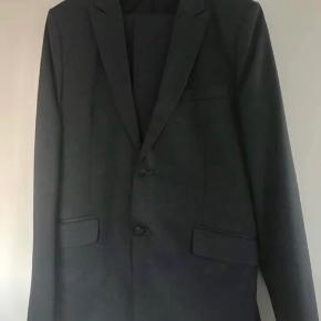 Sælger dette mørkegrå, skræddersyede jakkesæt. Passer en mand 180cm og alm. bygning ☺️