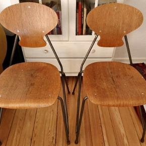 Rustikke industristole med finurligt stel. Stålstel med sæde og ryglæn i træ. Sælges samlet.