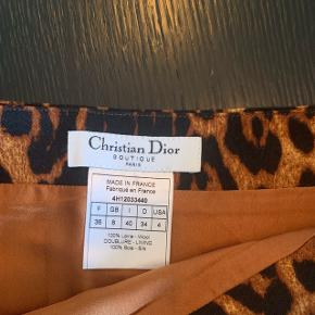 Dior fedeste Leo midi nederdel i uld og silke med lynlås foran str. 36 - jeg er en 34 og den passer mig derfor ikke. Ca til knæet på DN 170 person. Bytter ikke.