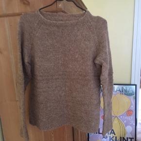 Hjemmestrikket trøje i uld, passer størrelse S. Rigtig god kvalitet og fine detaljer