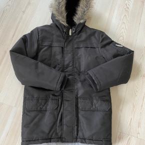 Fuldstændig som ny! Kun brugt få gange som fin jakke. Kan snøres ind i livet. Lækre ribkanter ved håndled. Rigtig god og varm. God kvalitet. Købt i magasin.