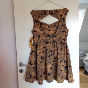 Super fin kjole med svale-mønster og dyb udskæring i ryggen fra Liquorish. Skjult lynlås i ryggen. Mærket sidder stadig i. Købt i London, nypris 450,-.