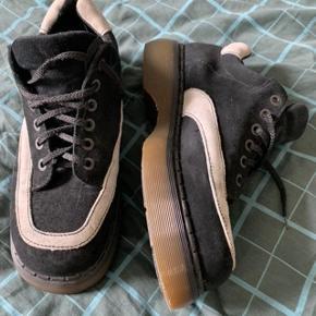 Fede sko med bulky look. Fin stand - blot gået til - som det vist kaldes i Dr. Martens verdenen.  Er lidt usikker på den egentlige størrelse, men er ret sikker på det er en UK10 - og fitter som andre Dr. Martens lidt større.   Vil anbefale at købe disse hvis du bruger størrelse 46,5-47,5.