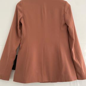 Zara blazer aldrig brugt, med prismærke.  Bytter ikke. Kan afhentes i Kbh eller sendes på købers regning