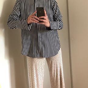 Stribet skjorte/bluse i mørkeblå (næsten sort) og hvid <3