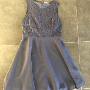 Skøn mørkeblå kjole, brugt til en fest.  Lynlås i ryggen.  Str 164. Fejler intet.  Fra røg og dyrefrit hjem