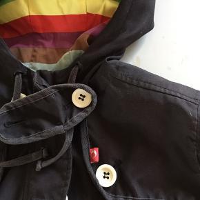 ⭐️ Ny pris nu⭐️Danefæ imprægneret overgangsfrakke (vind og regn) med regnebuestribet foer. Klassiker fra 2009. Vasket og gen-imprægneret jævnligt. God stand.