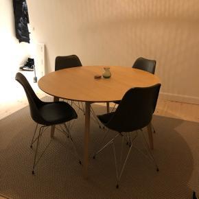 Super lækkert spisebord i lys eg fra JYSK. Nypris er 2300, og bordet er så godt som nyt. Sælges enten seperat eller med de fire grå stole fra IDEmøbler.  Fejler absolut intet. Byd