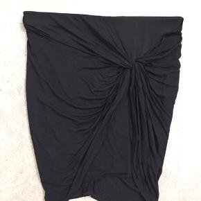 Super smuk og klassisk Helmut Lamg nederdel Meget flaterrende snit Str M (ml small og medium) Brugt en gang Nypris 950