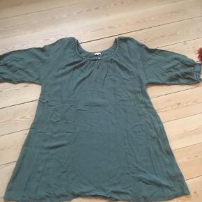 Fin petroleumsfarvet tunika str40, men har et BM på 60 cm, så kan sagtens bruges af lidt større størrelser. Kan hentes i Århus C