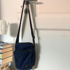 Nike taske i blå. Sælges da jeg ikke får den brugt. Byd!