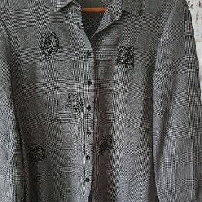 Dejlig skjorte med tiger print og tern