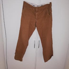 Dickies slim straight bukser. Sælges billigt da der er hul i bunden. Størrelse 33/32. BYD😊