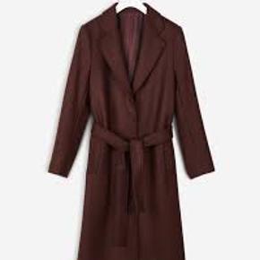 Smukkeste 'Eden Belted Coat' fra Filippa K. Klassisk jakke, som de laver hver sæson. I virkelig flot stand, næsten ikke brugt.  BYTTER IKKE!  Køber betaler gebyr og porto. Jeg arbejder i København og kan mødes og handle. Kun seriøse henvendelser.