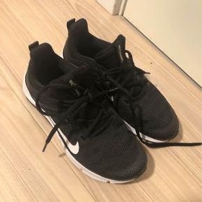 Nike performance - Legend essential - træningssko  Størrelse 38  Lette i vægt.  Brugt få gange.  De er kun brugt indendørs.   Nypris: 479