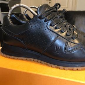 Fedeste sko fra Louis Vuitton i samarbejde med Supreme, ikke en sko du ser hver dag i Danmark. Prisen er rigtig god taget i betragtning af andre salg   Mp 5000 Bin 5,500  Kan afhentes i Århus C eller sendes på min regning