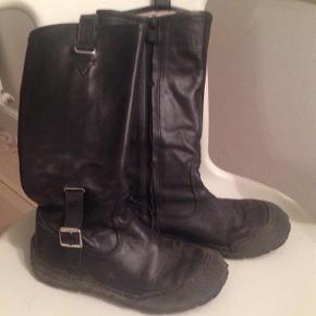 Sorte lange støvler i lækkert læder. Med sort smart sål og spænder. De er kun brugt til pænt brug, og er dermed i virkelig pæn stand.Der er ikke fór i. Pris 100 Kr pp  Lange Angulus støvler Farve: sorte Oprindelig købspris: 1300 kr.