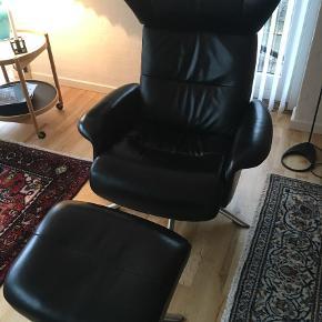 Varetype: Lænestol Størrelse: One size Farve: Sort Oprindelig købspris: 12000 kr.  Stolen hedder space og er med justerbar ryg og højdejusterbar nakke - en yderst komfortabel lænestol med skammel - Virkelig fin stol der intet fejler  Kan evt leveres