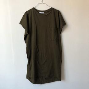 Zara T-shirt dress, in excellent condition almost never worn. Super comfortable and great for casual occasions. Check out my other items for a bundle discount!