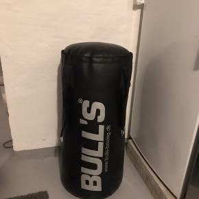 Sælger denne virkelig fede boksepude fra Bulls. Den er stort set ikke brugt og står næsten som ny. Jeg ved ikke helt hvad den vejer, men det kunne evt undersøges. Den sælges billigt med en startpris på 350kr. Hvis det ønskes har jeg også 2 par boksehandsker som kan købes med. For mere info kan jeg kontaktes her