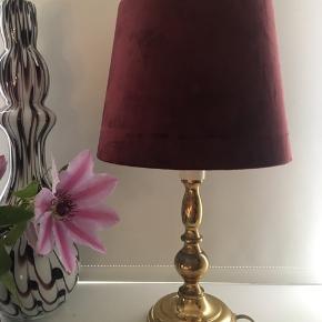 Messinglampe med ny håndlavet skærm med silkevelour. højde inkl skærm 44 cm.  Prisen er fast.