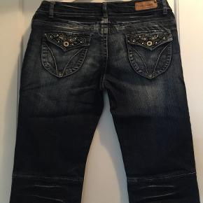 3/4 cowboy bukser kun brugt få gange. længde = 64 cm livvidde = 40 cm 5 % spandex. Køber betaler port